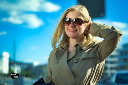 Frau Trechcoat und Sonnenbrille