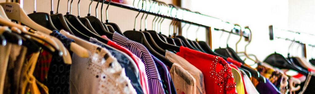 Kleidung auf Garderobenstange