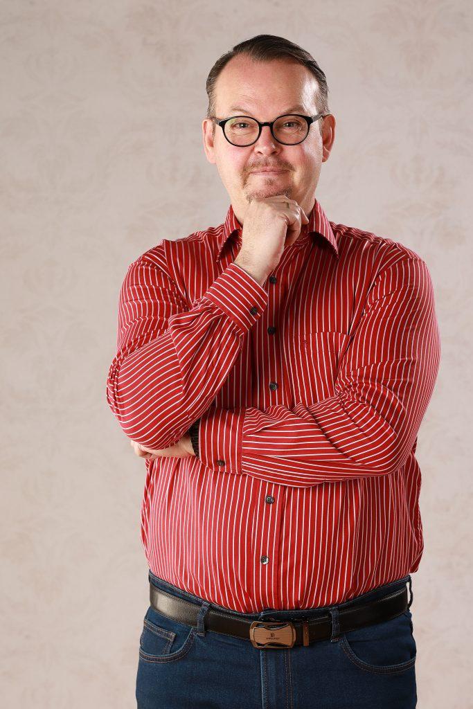 Mann rotes Hemd nachdenklich