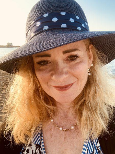 Frau mit blauem Sonnenhut_2