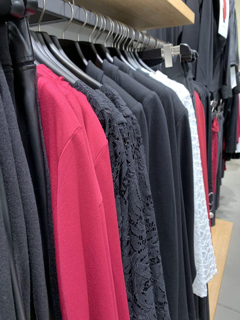 Kleidung auf Kleiderstange in Boutique