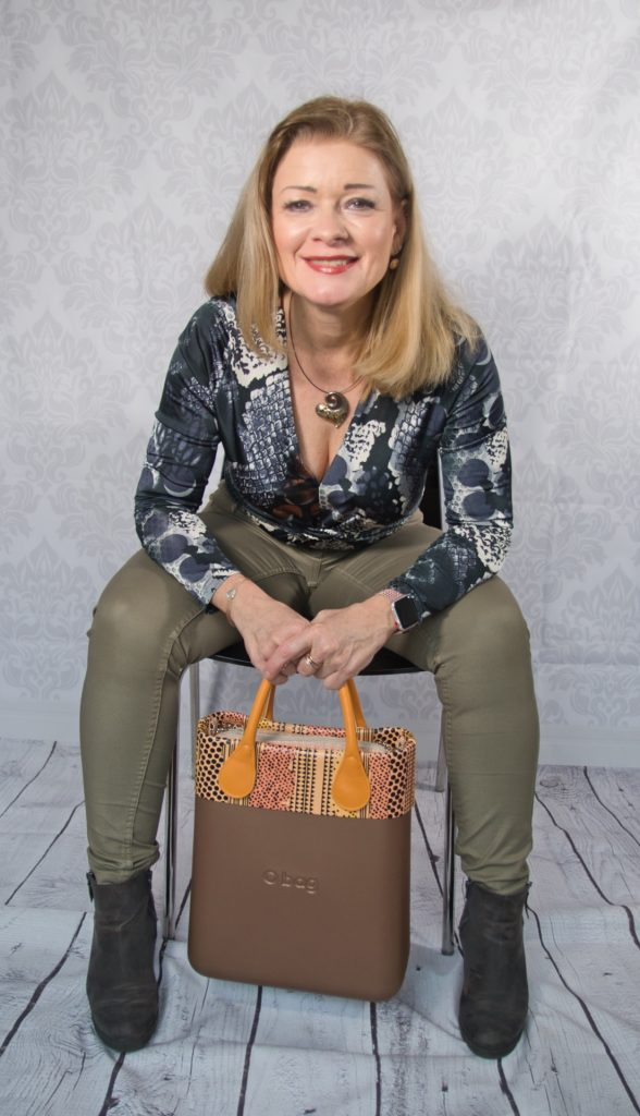 Frau sitzend mit Handtasche o-bag
