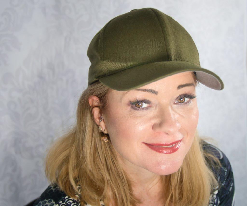 Frau mit Baseball-Cap