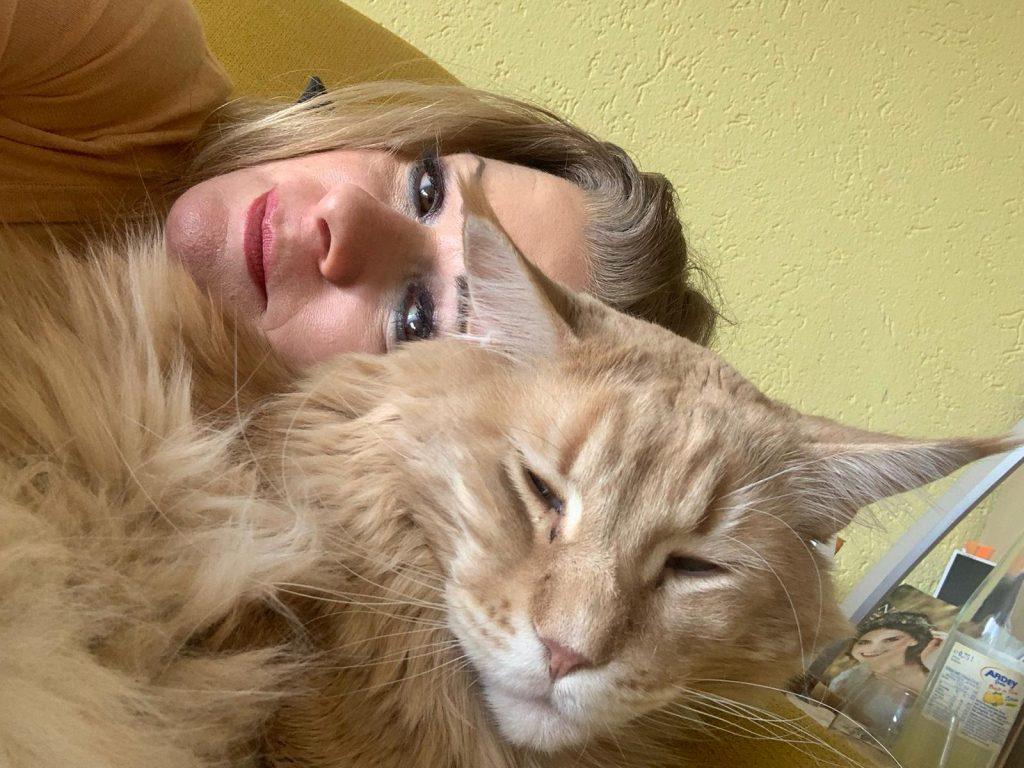 Frau mit kuschelnder Katze
