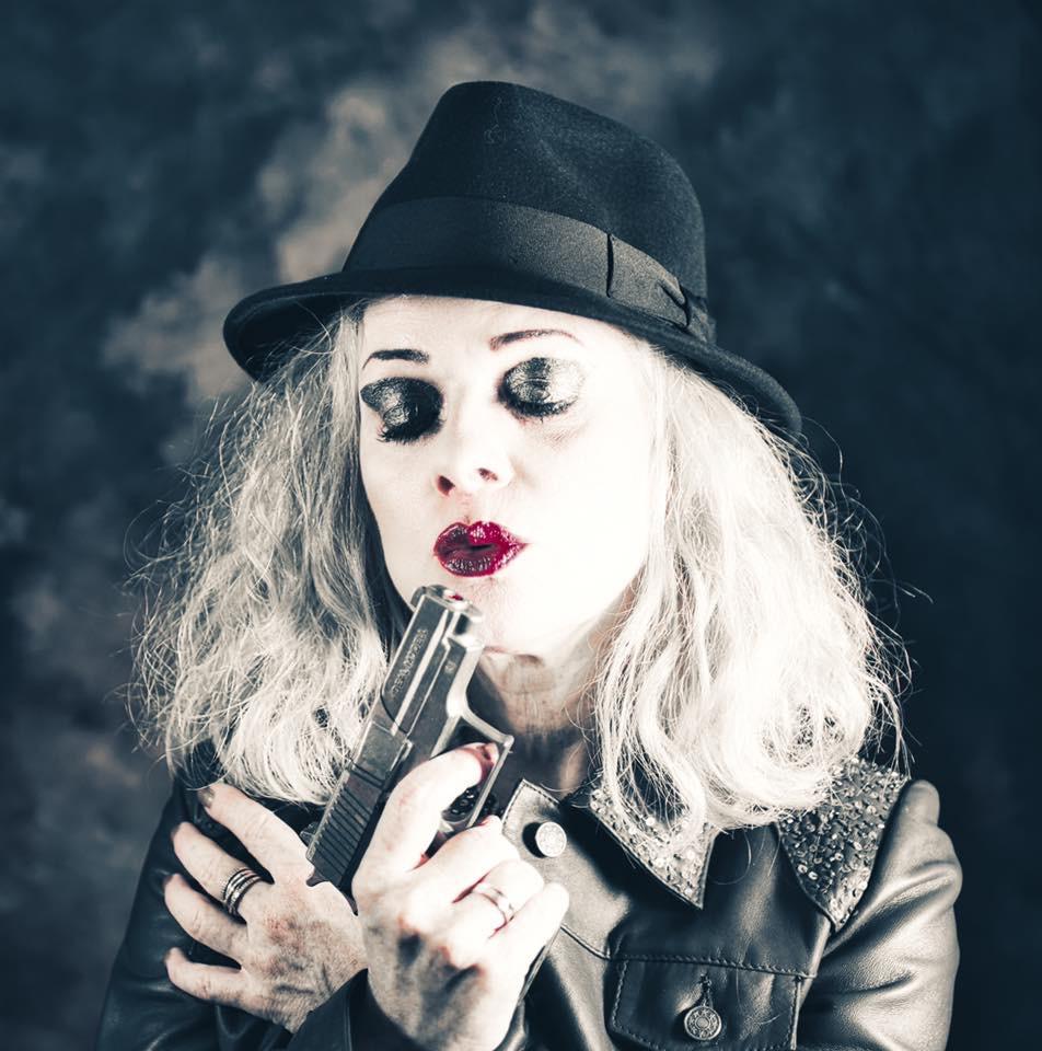 Fotoshooting mit Hut und Revolver