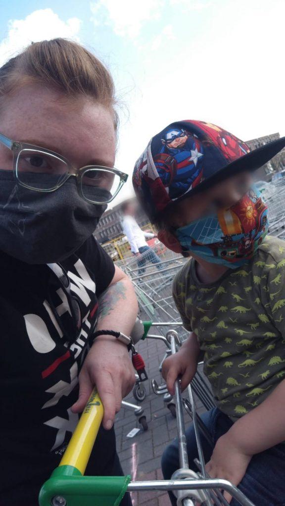 Mutter und Kind mit Maske
