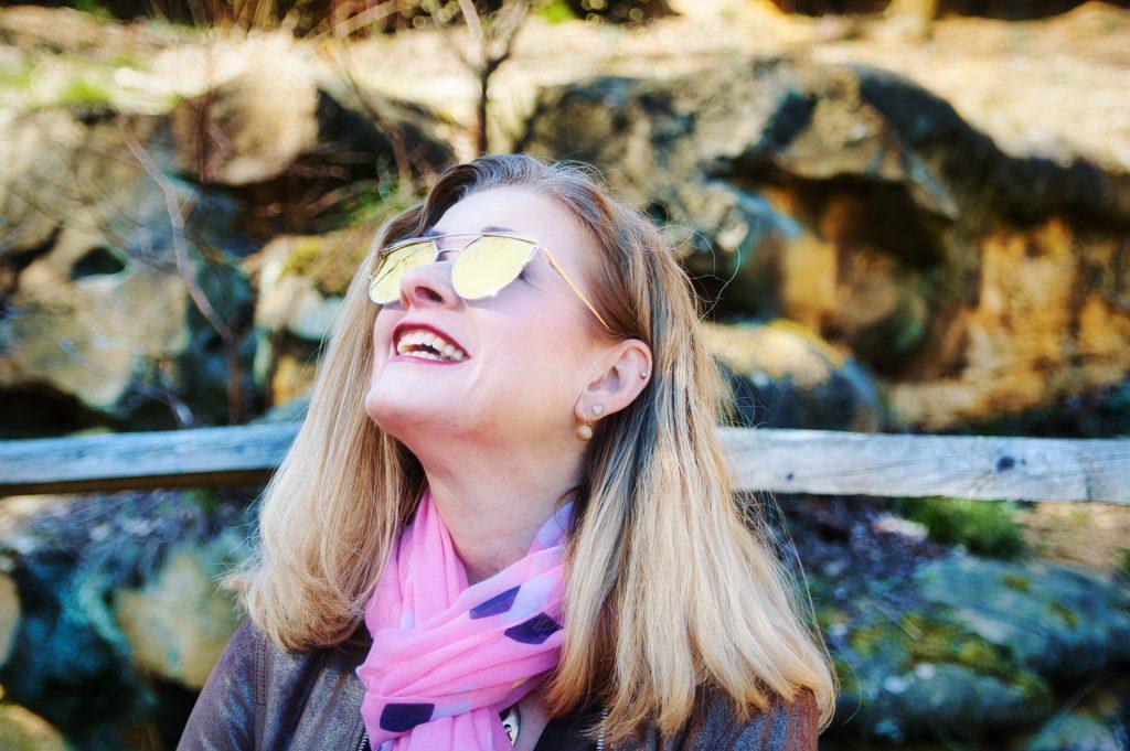 Frau mit verspiegelter Sonnenbrille