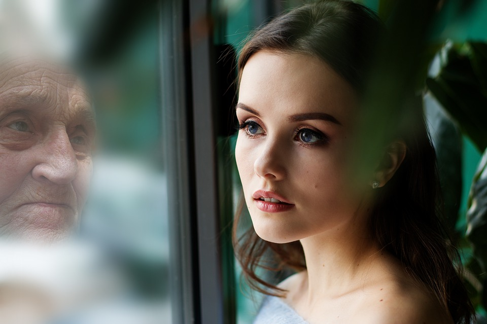 Frau mit Fensterspiegelung