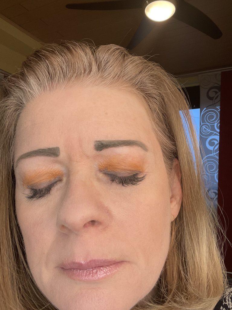 Augen-Make up in Pantonefarben 2021 gelb und grau