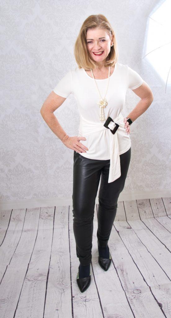 weißes Shirt mit Lederhose