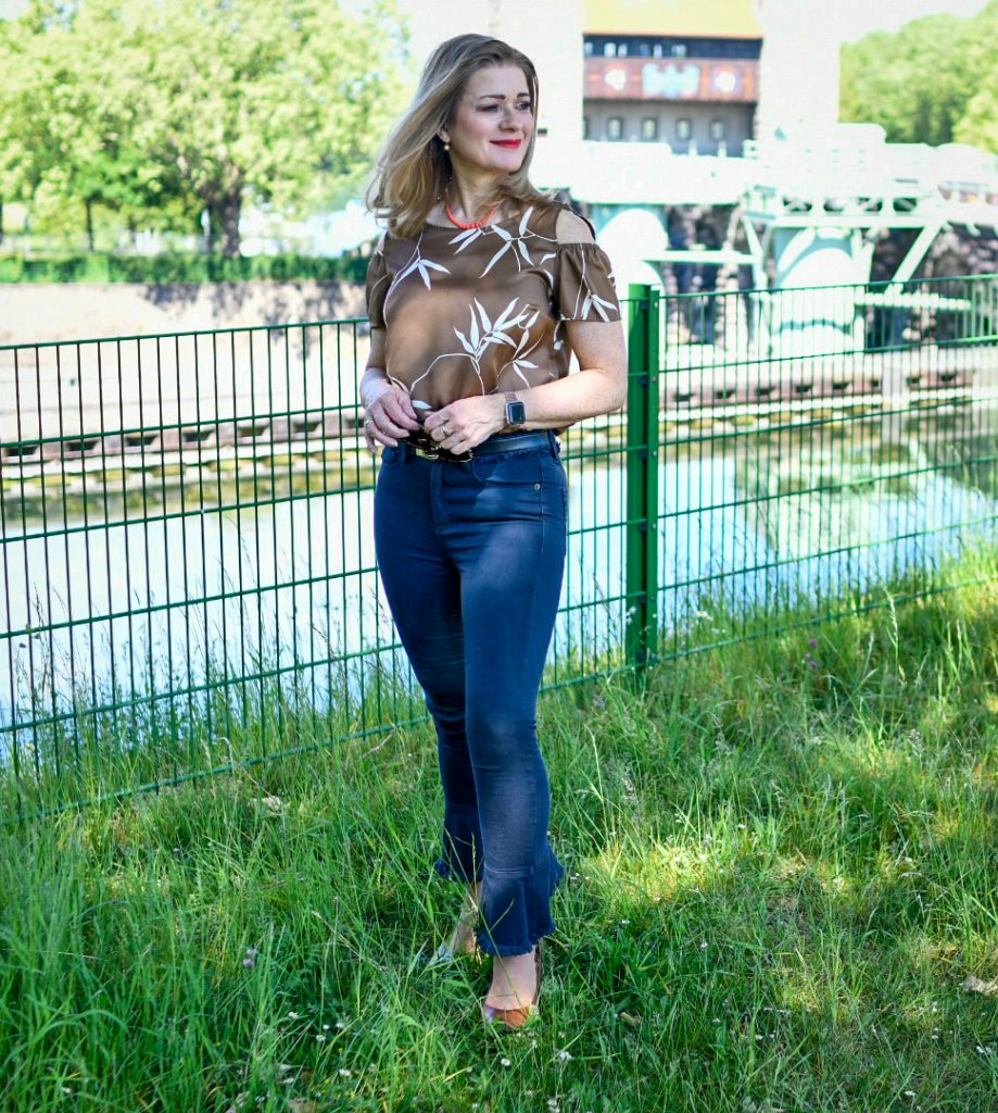 Shirt mit Cut outs, flared Jeans